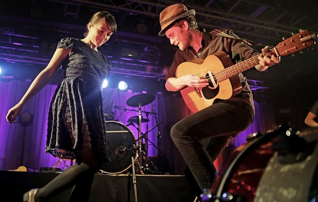 the-lumineers-performing-live-on-stage-16