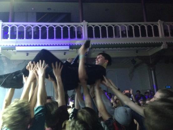 Mathias Janmaat doet zijn laatste crowdsurf als lid van Bombay